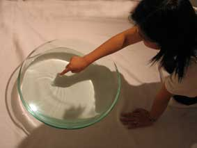 安靜地 請慢慢蹲下,用指頭在水面輕輕畫寫「文」、靜觀水與你的對白 Please knee down quietly, write the 'word' on the surface ofthe water, meditate on the dialogue between you and SUI